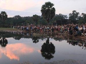Touristen-Massen drängen sich am Teich im Kampf um das beste Foto. (Foto: Sören Peters)