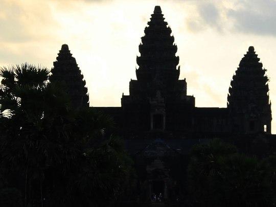 Vor dem ersten Tageslicht zeichnet sich die Silhouette von Angkor Wat ab. (Foto: Sören Peters)