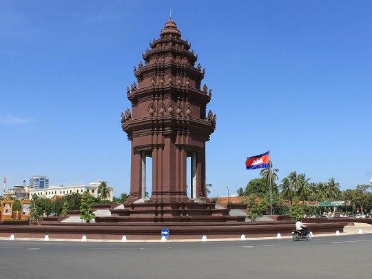 Wir biegen nach rechts ab auf den Preah Sihanouk/Preah Suramarit Boulevard und spazieren schon schnurstracks auf das Unabhängigkeitsdenkmal zu. Das Monument steht auf einem riesigen Kreisel im Süden des Preah Norodom Boulevard. Nach Norden würde man wieder zum Wat Phnom geladen. (Foto: Sören Peters)