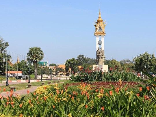 """Diesem """"Herz der Stadt"""" schließt sich im Süden eine kleine Parkanlage an, in dessen Zentrum sich das kambodschanisch-vietnamesische Freundschaftsdenkmal befindet. (Foto: Sören Peters)"""