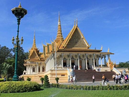 Das Gelände erinnert ein wenig an den Wat Phra Kaeo in Bangkok. Hier im Bild: die Thronhalle. Der Innenraum darf jedoch nicht betreten werden, auch Fotoaufnahmen von außen sind nicht gestattet. (Foto: Sören Peters)