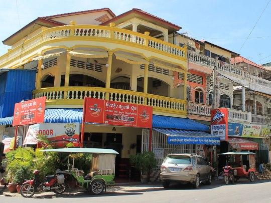 Wir laufen jedoch noch ein Stückchen weiter, vorbei an Läden mit Moto-Zubehör auf der einen und Shopping-Malls auf der anderen Siete. An der 113. Straße biegen wir nach Süden ab und entdecken auf dem Weg zum Tuol-Sleng-Gefängnis diese koloniale Schmuckstück. Da die Geschichte der Roten Khmer jedoch in einem anderen Beitrag stattfindet, laufen wir gedanklich wieder Richtung Norden... (Foto: Sören Peters)
