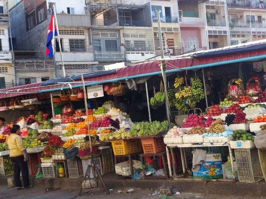 Wir spazieren nach Süden über den Preah Norodom Boulevard und biegen nach links in die 110. Straße ein (nicht wundern, wenn in der Nummerierung manche Zahlen einfach übersprungen werden). Am Old Market geht es vorbei... (Foto: Sören Peters)