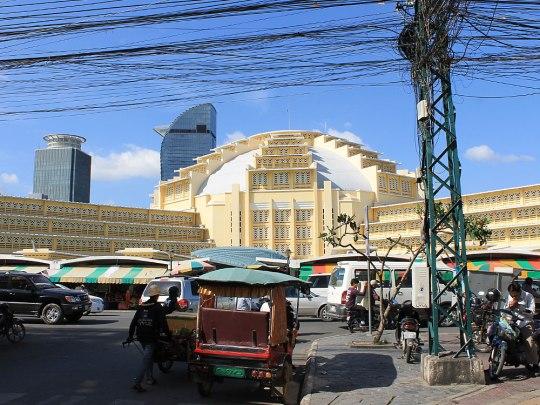 Hier gelanden wir nach einiger Zeit zum Psar Thmei (Zentralmarkt). Das Gebäude im Art-Déco-Stil wirkt ein wenig befremdlich, verglichen mit der sonstigen Architektur. (Foto: Sören Peters)
