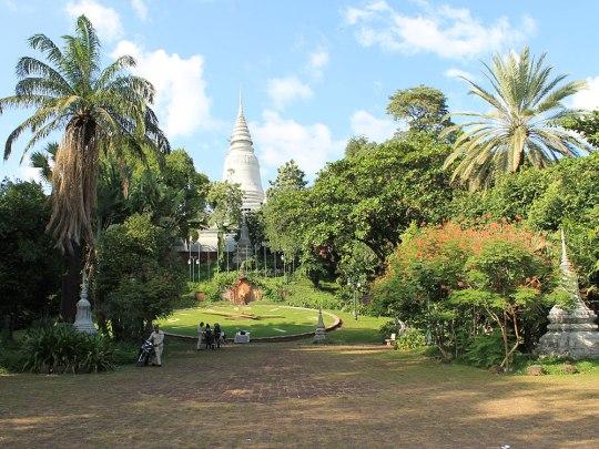Wir starten unseren Rundgang am Wat Phnom, gelegen inmitten eines riesigen Kreisverkehrs im Norden des Stadtzentrums. (Foto: Sören Peters)