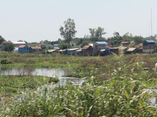 Auch das ist Phnom Penh: Vorbei an den Wellblechsiedlungen geht es mit einem mulmigen Gefühl im Bauch zurück in die Stadt. (Foto: Sören Peters)