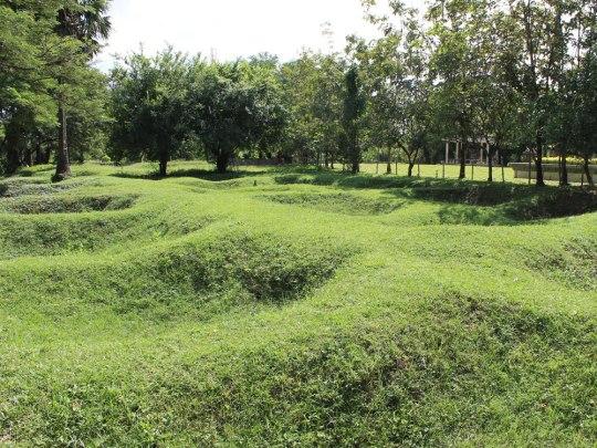 Das Areal ist ein ehemaliger chinesischer Friedhof. Durch die Exhumierung der Leichname senkt sich der Erdboden ab. (Foto: Sören Peters)
