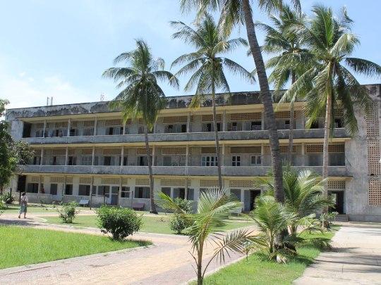 Von außen sieht es so friedlich aus, wie jede andere Schule. Das ehemalige S21-Gefängnis an der 113. Straße in Phnom Penh. (Foto: Sören Peters)