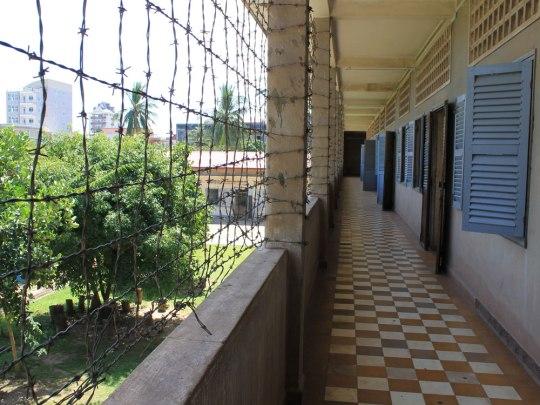 Im Zellentrakt versperrt Stacheldraht den Weg zum Innenhof. Ein Entkommen war unmöglich. (Foto: Sören Peters)