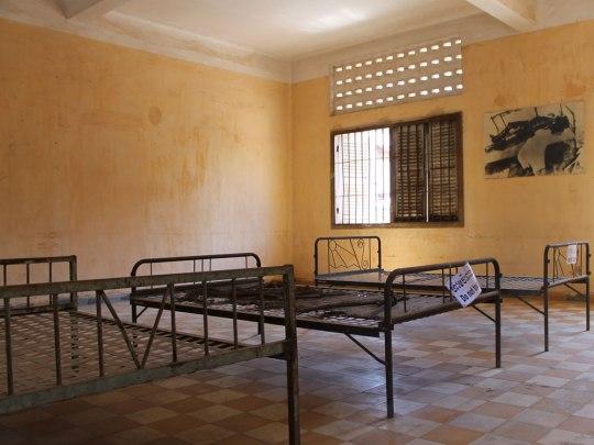 Fotos an den Wänden dokumentieren das Vorgehen der Roten Khmer. (Foto: Sören Peters)