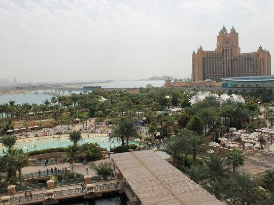 """Blick vom Wasserpark auf das Hotel. Die Monorail verbrindet den Wellenbrecher der Palme, wo das Atlantis steht, mit dem """"Stamm"""" und dem Festland. (Foto: Sören Peters)"""