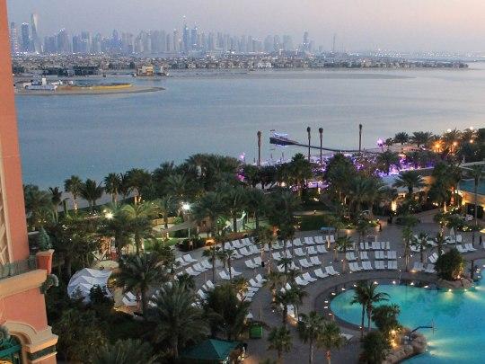 Blick aus unserem Raum im siebten Stock. Im Hintergrund: Die Marina-Skyline. Lila beleuchtet: die Strandbar. Recht nebenan befindet sich der Heli-Landeplatz. Rundflüge gehören zum Ausflugsangebot des Hotels. (Foto: Sören Peters)