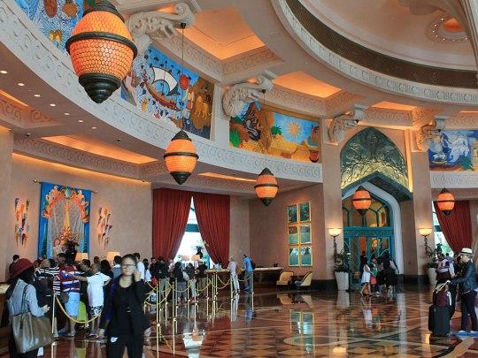 Maritime elemente verzieren die weitläufige Lobby. (Foto: Sören Peters)