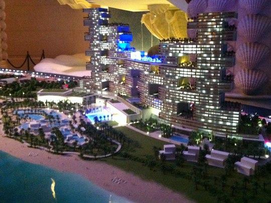 """Zum Abschluss noch ein Blick in die Zukunft: In direkter Nachbarschaft soll der Komplex """"Atlantis Residences"""" entstehen - noch größer als das jetzige Atlantis. Neben Hotelzimmern soll der Bau auch 250 Luxus-Wohnungen beherbergen. Volumen: 1,4 Mrd. USD. (Foto: Sören Peters)"""