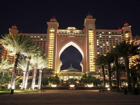 Das Atlantis bei Nacht, gesehen vom hoteleigenen Strand. (Foto: Sören Peters)