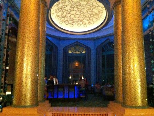 Ein bisschen Bling-Bling muss sein: Plato's Bar in einem Seitenflügel der Lobby. (Handyfoto: Sören Peters)