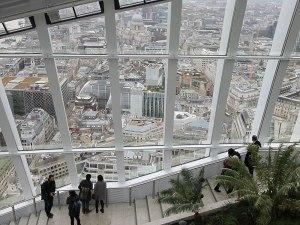 Offene Treppen links und rechts des Barbereiches, direkt an der Glasfront, verbinden die verschiedenen Ebenen. (Foto: Sören Peters)