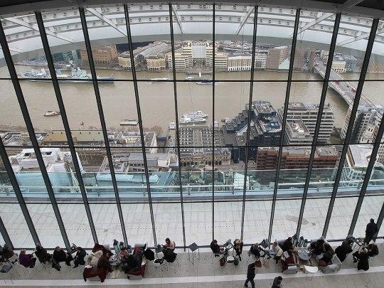 Blick aus dem 37. Stockwerk des Walkie Talkie auf die Themse. Unten: Tische und Stühle der Skypod-Bar im Skygarden. (Foto: Sören Peters)