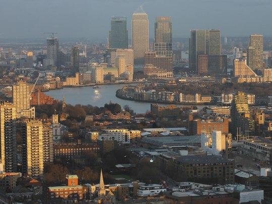 Lichtstimmung am späten Nachmittag: Die versinkende Sonne taucht die Docklands in goldenes Licht. (Foto: Sören Peters)
