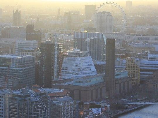 Währenddessen versinkt Westminster im Dunst. Im Vordergrund: Die Tate Modern und Shakespeares Globe Theatre. (Foto: Sören Peters)