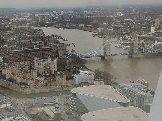 Der Tower of London, dahinter die St. Katherine's Docks (linkes, bzw. südliches Ufer der Themse) und die Tower Bridge...und die Erkenntnis, dass man am Polfilter nicht sparen sollte. (Foto: Sören Peters)