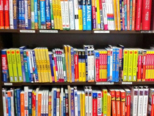 USA-Reiseführer im Regal einer (inzwischen geschlossenen) Kölner Buchhandlung. (Handyfoto: Sören Peters)