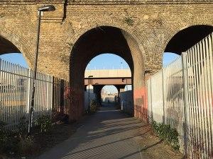 Das Stadion ist umgeben von Bahnlinien, Tunneln und Industrie. (Foto: Sören Peters)