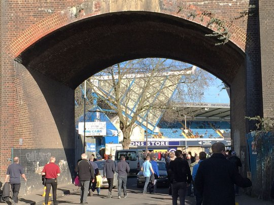 Zugang zum Stadion, von der Station South Bermondsey kommend. (Foto: Sören Peters)