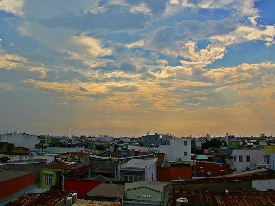 Lichtstimmung über den Dächern von Saigon. (Foto: russavia, Wikimedia Commons, CC-BY-2.0)