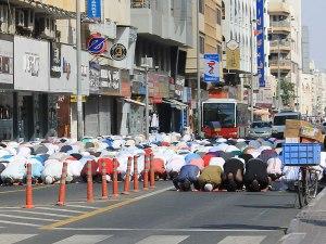 Freitagsgebet auf der Straße. (Foto: Sören Peters)