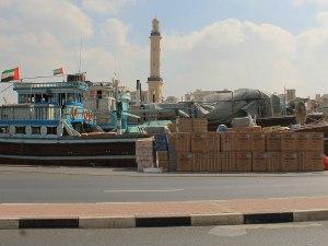 Von Kai aus werden Waren die umliegenden Staaten und Emirate verschifft. (Foto: Sören Peters)