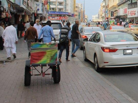 Ein Händler zieht einen Handkarren durch Deira. (Foto: Sören Peters)