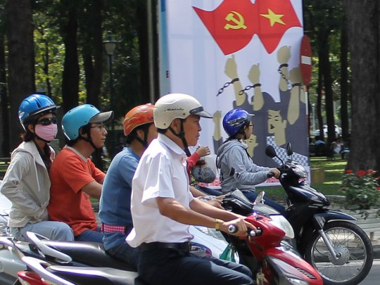 Rollerfahrer vor Parteiwerbung.