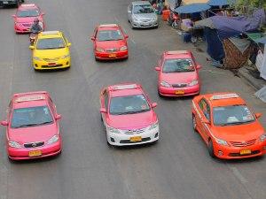 Bunte Taxis, aufgenommen neben dem Chatuchak-Markt. (Foto: Sören Peters)