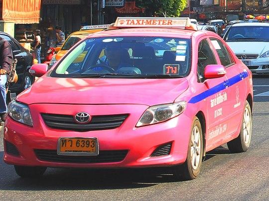 """Taxi in Bangkok. Vorne gut zu erkennen: die """"Frei""""-Leuchte. (Foto: Sören Peters)"""