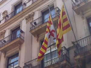 Stadt- und Katalonienflagge an einer Hausfassade in der Altstadt. (Foto: Sören Peters)