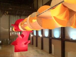 Installation in der riesigen Eingangshalle der Tate Modern. (Foto: Sören Peters)