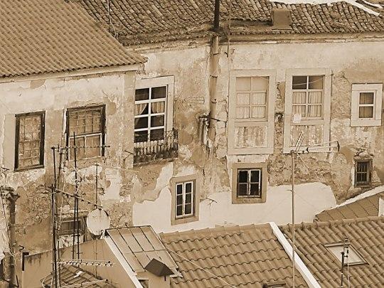 Noch einmal Alfama: In dem alten Viertel bröckelt mancherorts der Putz von den Wänden, doch gerade das macht diesen besonderen Charme aus. (Foto: Sören Peters)