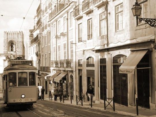 Tram 28, im Hintergrund Sé Catedral. (Foto: Sören Peters)