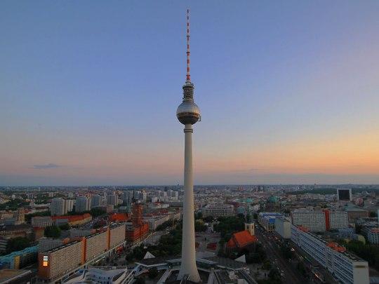 Der Berliner Fernsehturm, gesehen vond er Dachterrasse des Park-Inn-Hotels. (Foto: Sören Peters)