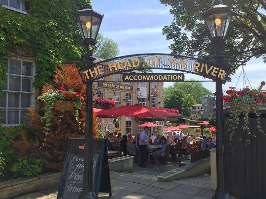 """Die Mittagspause verbringen wir aber dann doch lieber an der frischen Luft, wie hier im """"Head of the River"""", direkt am Fluss gelegen. (Foto: Sören Peters)"""