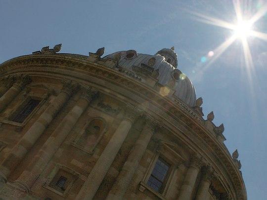 Keine Wolke am Himmel: Die Sonne strahlt über der Radcliffe Camera, dem Lesesaal der Universitätsbibliothek. (Foto: Sören Peters)