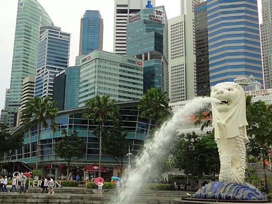 Singapur: Merlion (Löwe mit Fischkörper) vor Wolkenkratzern.