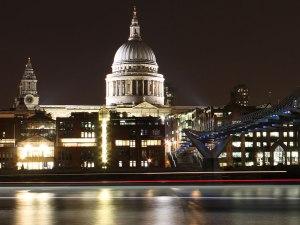 """Nachtansicht von """"Wren's Masterpiece"""", gesehen vom Südufer der Themse. (Foto: Sören Peters)"""