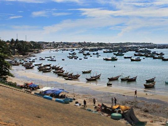 Fischerboote in einer Bucht.