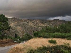 Dicke Wolken über den Hängen der Serra. (Foto: Sören Peters)