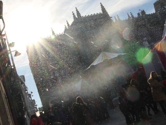 Wenn es schon nicht schneit, dann wird mit Kunstschnee nachgeholfen. (Foto: Sören Peters)