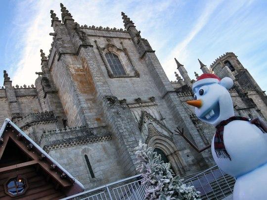 Schneemann vor der Kathedrale von Guarda. Nennen wir ihn einfach mal Olaf. (Foto: Sören Peters)
