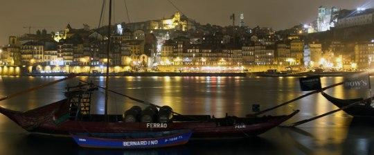 Nachtpanorama: Über dem Uferviertel Ribeira erhebt sich der Torre dos Clérigos. Rechts oben: die Kathedrale. (Foto: Sören Peters)