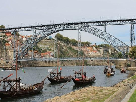 Rabelo-Boote liegen vor der Ponte Luís I. auf dem Douro. Zum Weintransport werden die Schiffe heutzutage aber nicht mehr benutzt. (Foto: Sören Peters)